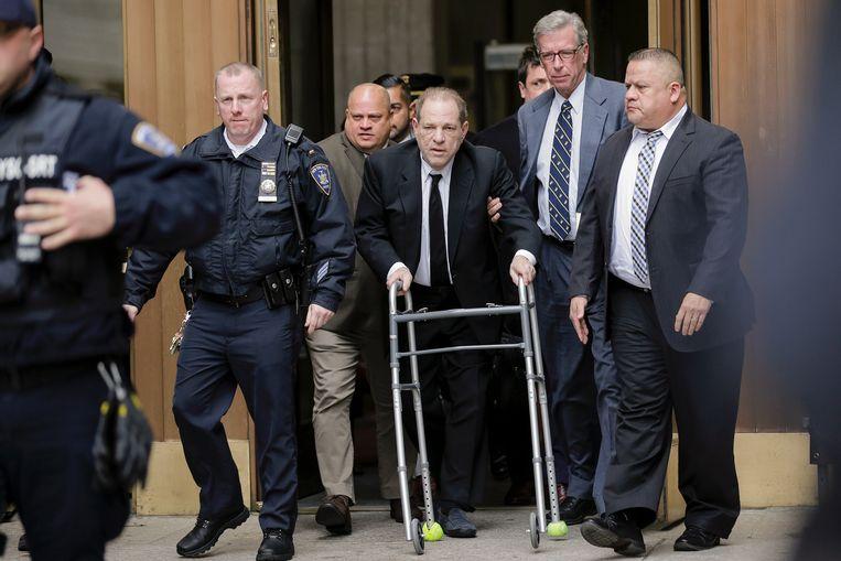 Harvey Weinstein verlaat de rechtbank in New York. Beeld AP