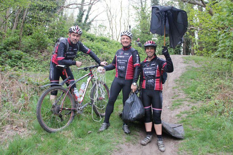 Enkele mountainbikers ruimen het zwerfvuil op aan de Kattenberg die vanaf 2018 deel uitmaakt van het Uebergpark.