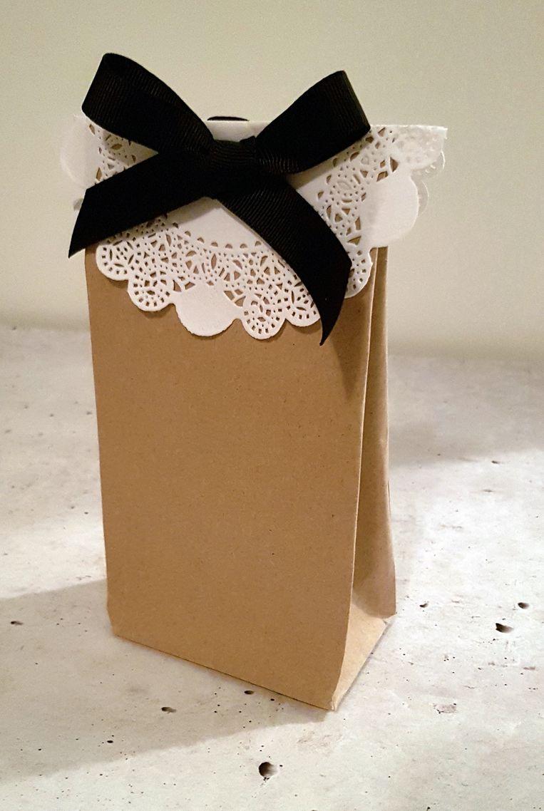 Een zelfgevouwen cadeauzakje Beeld Cadeau Pakje In