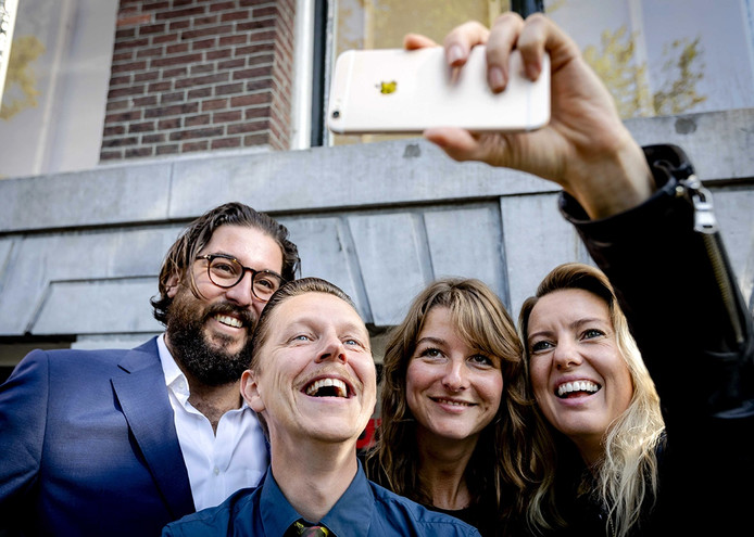 Robin de Puy (2e rechts) tijdens de bekendmaking van de nieuwe Fotograaf des Vaderlands in FOAM Fotografiemuseum. Temidden van alle voorgaande Fotogafen des Vaderlands, VLNR Ahmet Polat, Koen Hauser, Robin de Puy en Ilvy Njiokiktjien.
