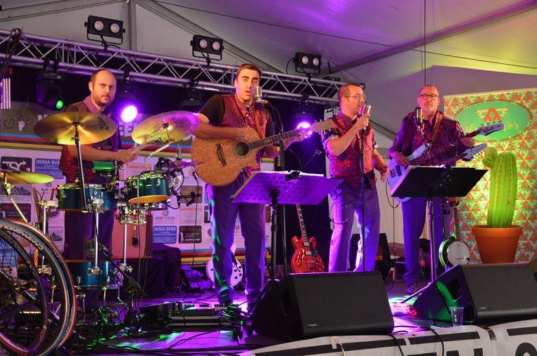 Coverband The Antonio's tijdens het wielerweekend in Iddergem.