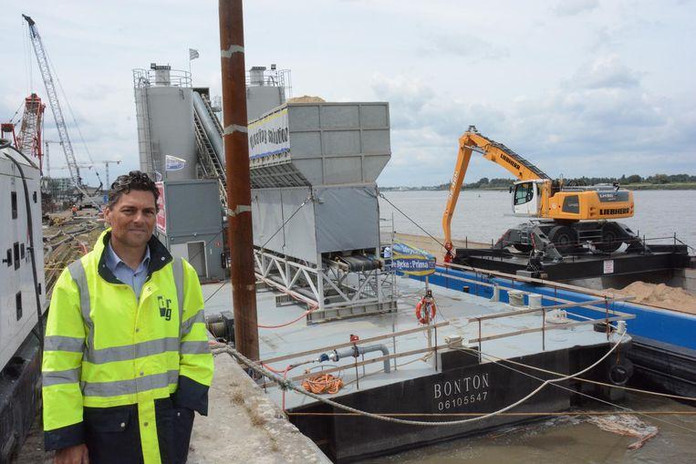 Medezaakvoerder Koen De Rycke bij Bonton, de drijvende betoncentrale.