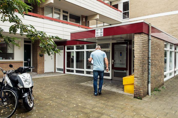 Het appartementencomplex aan de Marten Luther Kinglaan in Diemen waar de vrouw en het baby'tje werden gevonden.