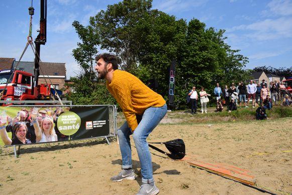 Een beeld van het WK Sjakossenwerpen: Basketballer Timothy Stuyvaert (28) gooide zijn sjakosj 25 meter ver.
