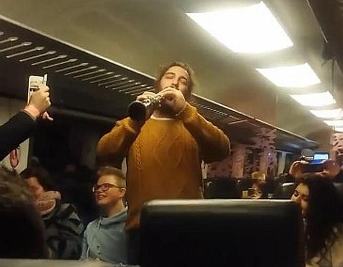 Beeld van het concert in de trein. Foto: Video Maarten Sipma