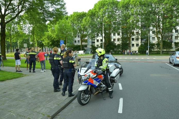 De politie is massaal aanwezig in de omgeving van de schietpartij.