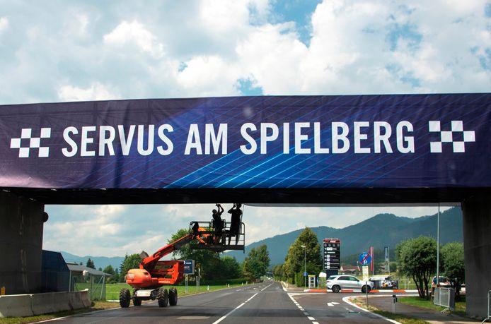 Welkom in Spielberg: de laatste voorbereidingen zijn bezig voor de grand prix op zondag, als Hamilton, Vettel en Verstappen eindelijk het seizoen aftrappen.