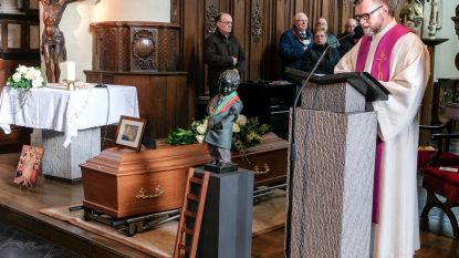 Kerk te klein voor begrafenis aankleder Manneken Pis