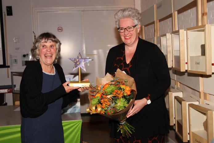 Etje Hendrikx (links) ontvangt de Ster van Veldhoven uit handen van wethouder Van Dongen.