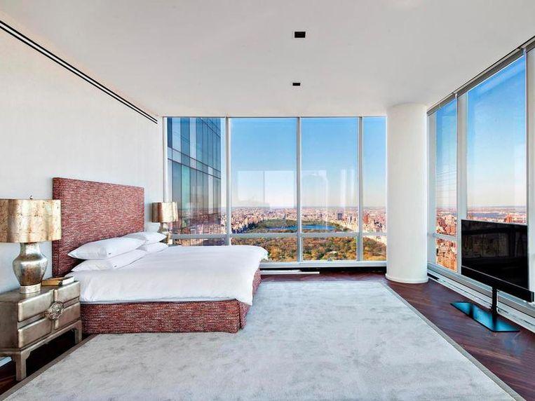 De slaapkamer heeft een adembenemend zicht en kijkt uit op Central Park.
