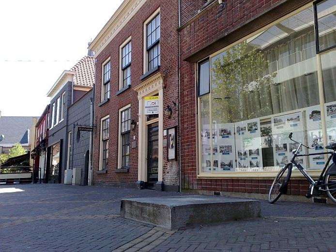 Het beeld van Aornt Peppelenkmap is verdwenen van zijn sokkel voor het Staring Instituut aan de Grutstraat in Doetinchem. foto Rick Aalbers/De Gelderlander