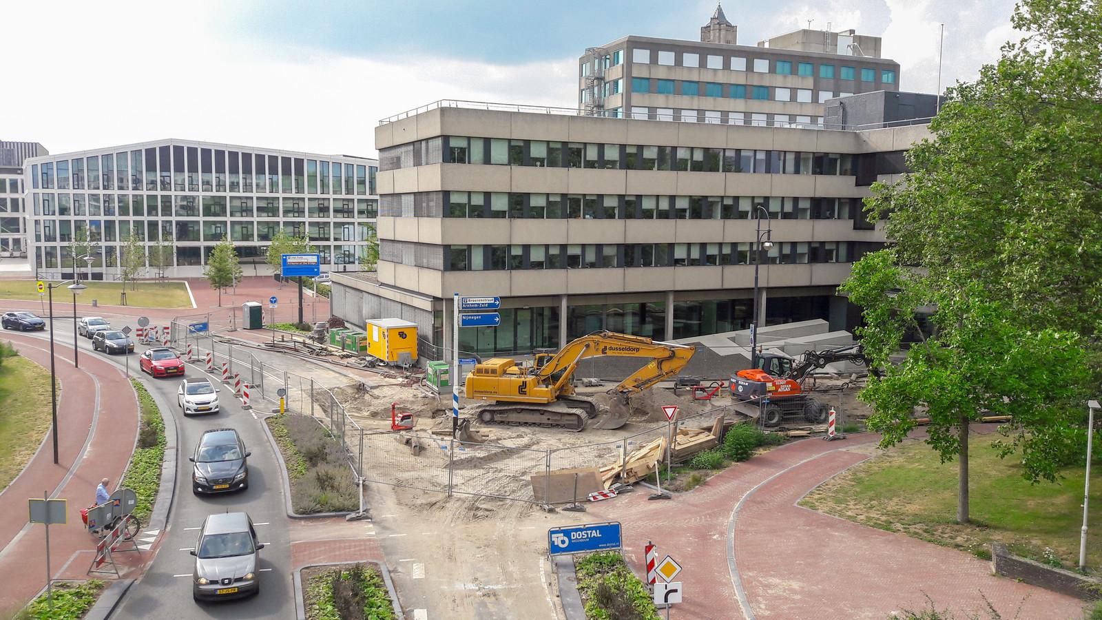 Werk aan de riolering op de hoek van de Oranjewachtstraat en de Eusebiusbinnensingel in Arnhem. Inmiddels is de weg weer geasfalteerd.