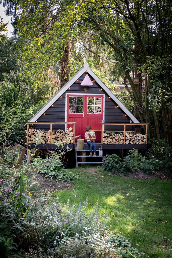 De fraaie tuinhut van Anki Wijnen en Casper Boot. Voor de kinderen was belangrijk dat er ook wifi is.