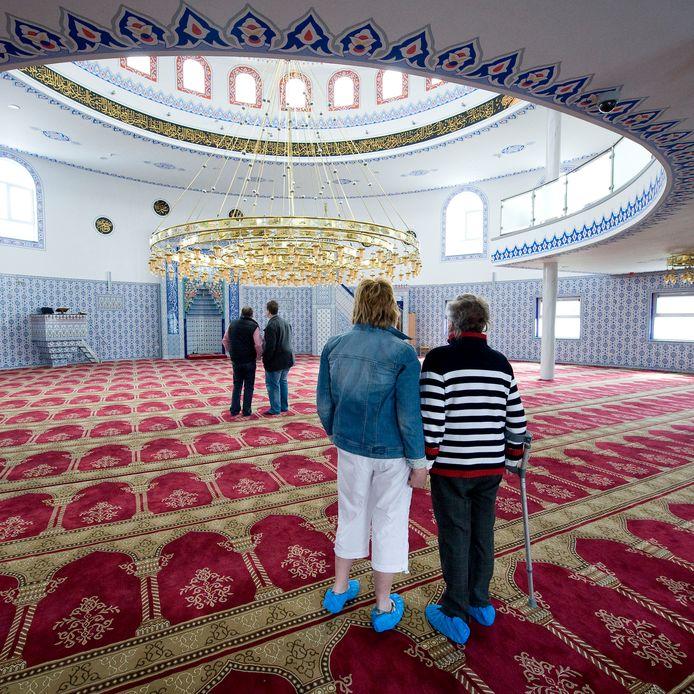 Tijdens een eerdere open dag kijken bezoekers hun ogen uit in de gebedsruimte van de Ulu Moskee in Bergen op Zoom.