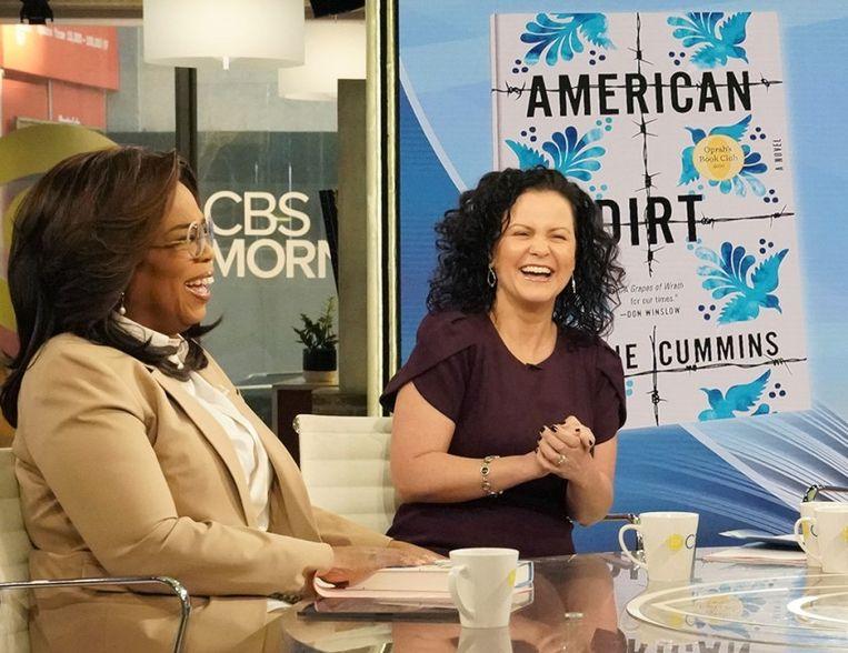 Jeanine Cummins, schijfster van 'American Dirt', hier nog gelukkig en wel aan tafel bij Oprah.  Beeld rv