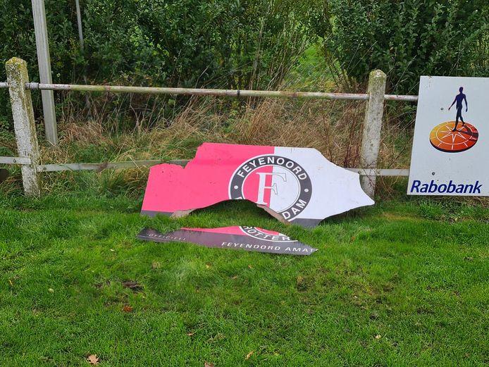 Verschillende borden van sponsors zijn moedwillig vernield bij voetbalvereniging HSV'69 in De Hoef.