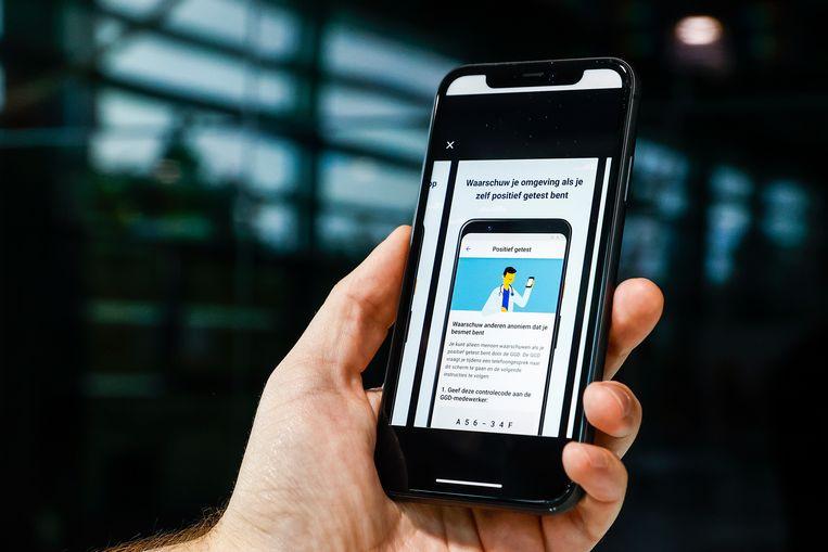 De corona-app waarschuwt als de gebruiker gevaarlijk dicht bij een met corona besmet persoon is geweest. Beeld Hollandse Hoogte /  ANP