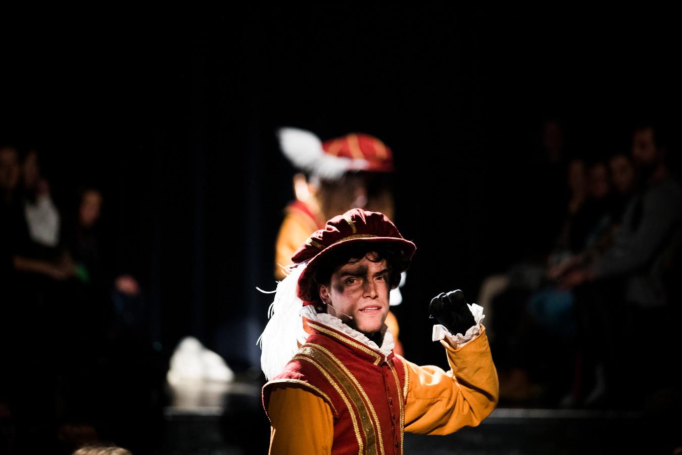 Een schoorsteenpiet in een nieuw pietenpakken waarvoor Amsterdam kiest: gebaseerd op de mode van Spaanse edellieden uit de zestiende eeuw.