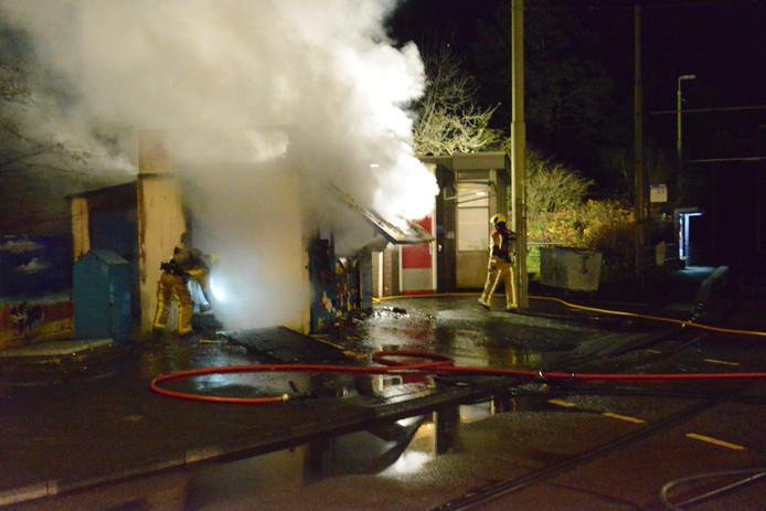 Meerdere ondergrondse containers, een boom en een bushalte in de wijk zijn gisteravond in brand gezet in Duindorp door boze jongeren.