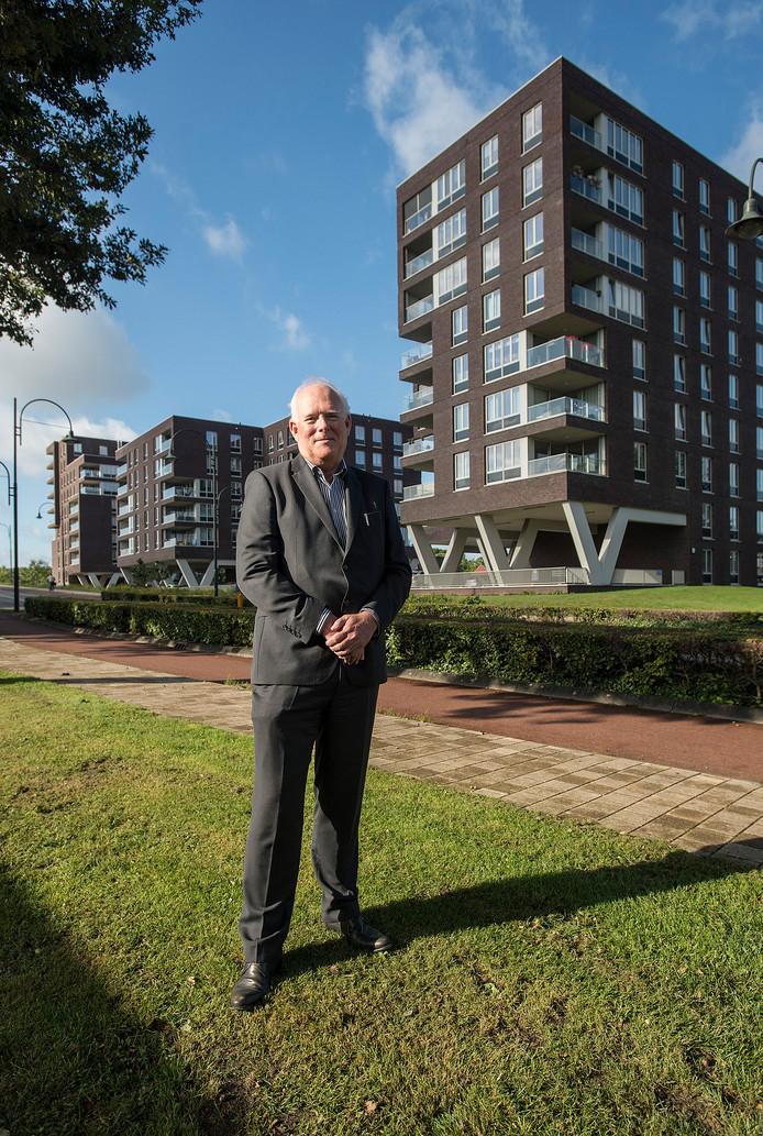Johan Westra bij de appartementencomplexen aan de Beneluxweg in Oosterhout.