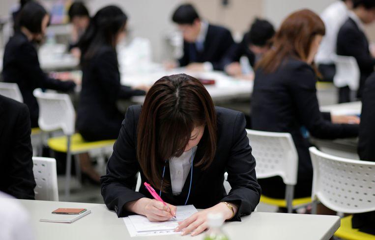 Japanse studenten bij een cursus zakelijke omgangsvormen. Voor starters is er werk zat.  Beeld REUTERS