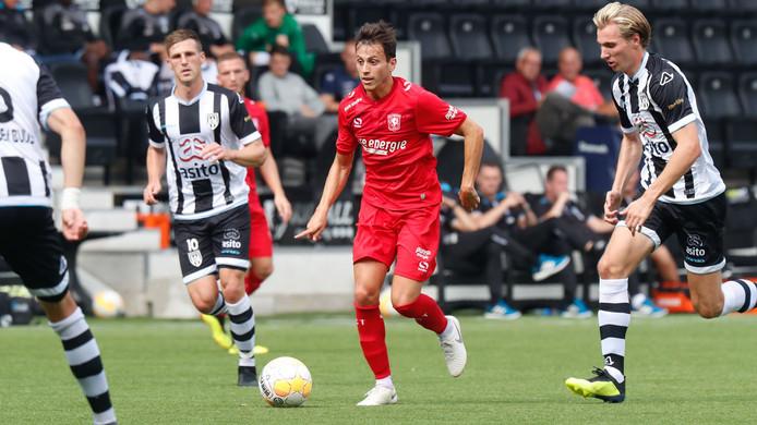 Javier Espinosa aan de bal namens FC Twente.