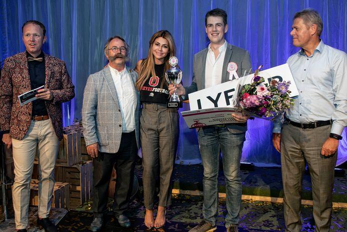 Het bedrijf Lyfter uit Steenbergen ontving de prijs uit handen van Roosendaalse wethouder Cees Lok en Olcay Gulsen. Links presentator Koen Oosterwaal. Foto Chris van Klinken.