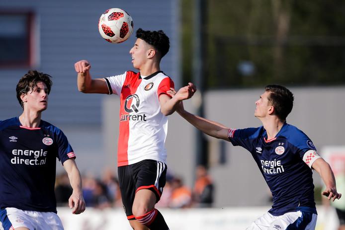 Naoufal Bannis (m) in actie tegen PSV.