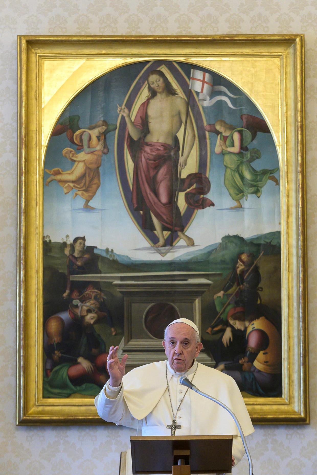 Paus Franciscus voor het schilderij De wederopstanding van Perugino uit 1499.  Beeld EPA