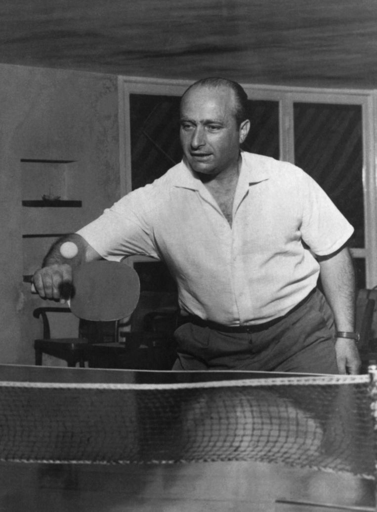 Juan Manuel Fangio bij een partij tafeltennis in 1958.