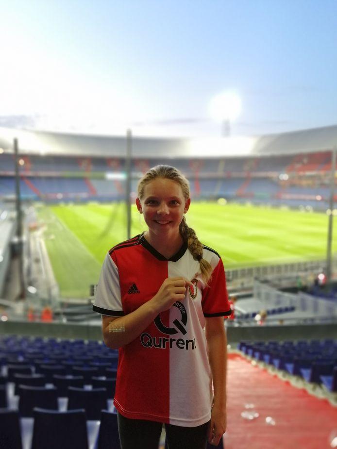 Alissa Perenboom poseert in stadion De Kuip, de thuishaven van Feyenoord.