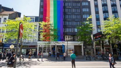 Al gespot? 25 meter lange regenboogvlag hangt aan hotelgevel