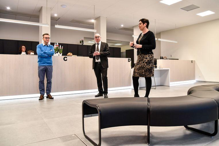 Schepen Leen Dierick, burgemeester Piet Buyse en algemeen directeur Wouter Van der Vurst zijn zelf onder de indruk van de nieuwe Stadswinkel.