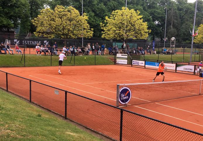 Igor Sijsling (links) in actie in het dubbelspel met Miliaan Niesten (rechts aan het net).
