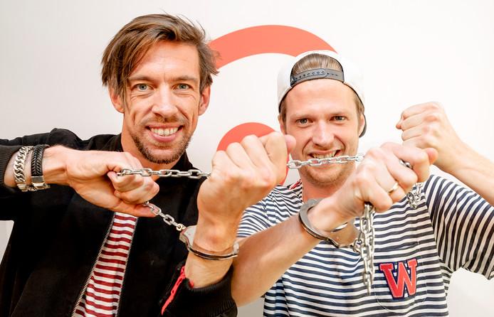 Mattie en Wietze gingen in april vijf dagen lang geboeid door het leven. De stunt was onderdeel van het vijfjarig jubileum van hun ochtendshow.