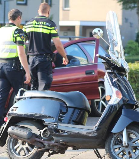 Automobilist rijdt scooterrijdster aan op De Tol in Apeldoorn