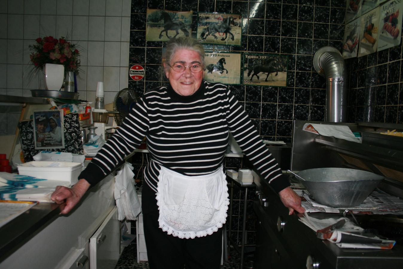 Riet Schuurmans achter de frituur in 2012.