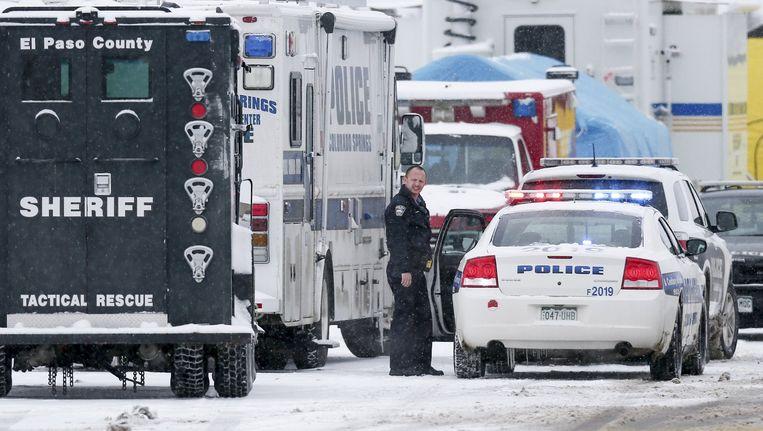 Een politieagent buiten de kliniek van Planned Parenthood in Colorado Springs, na de schietpartij. Beeld reuters