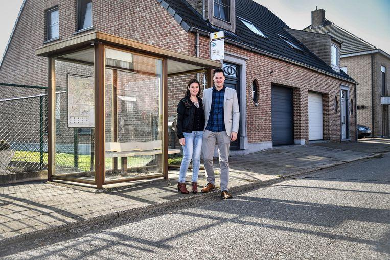 Saskia en Mathieu hopen dat er na negen jaar eindelijk iets zal veranderen en dat bushokje weg kan van voor hun huis.