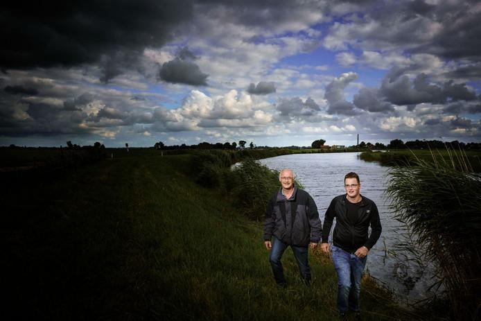 Vader Albert en zoon Kevin ten Kley uit IJsselmuiden redden in het voorjaar van 2015 een vrouw, nadat zij met haar auto te water raakte langs de Kamperzeedijk.
