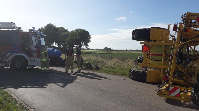Bij een ongeluk met een tractor en een auto zijn twee mensen om het leven gekomen.