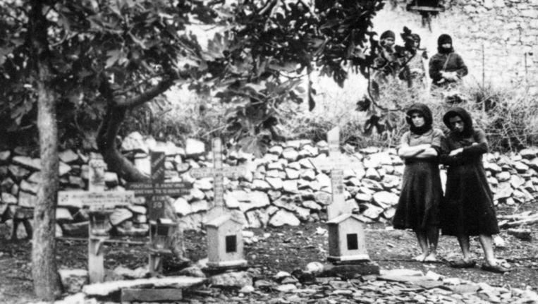 Twee vrouwen staan op een begraafplaats in Distomo, waar de slachtoffers van de Nazi-slachtpartij liggen begraven. Beeld ap
