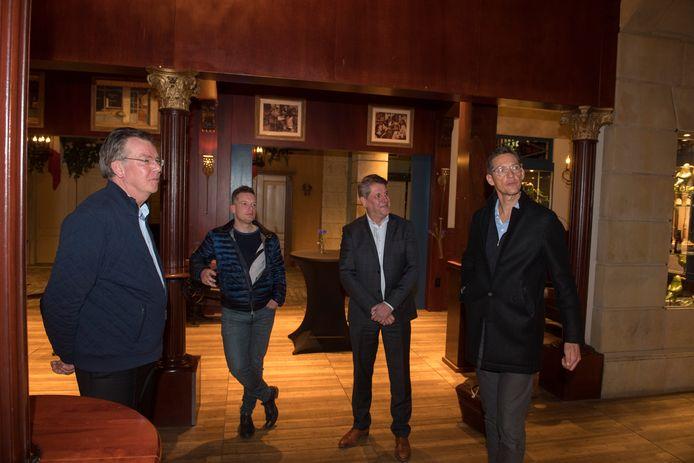 Leden van Forum voor Democratie - onder wie Joost Eerdmans (rechts) - verlaten het Van der Valkhotel via de achteruitgang na het crisisberaad.