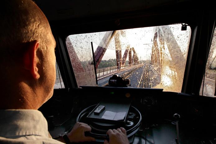 Blik vanuit de cabine als een trein over de nieuwe spoorbrug van de Hanzelijn rijdt