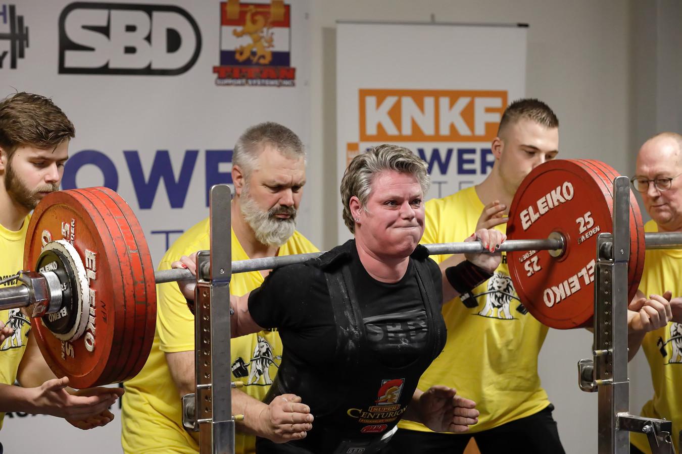 Ielja Strik tijdens het NK powerliften.