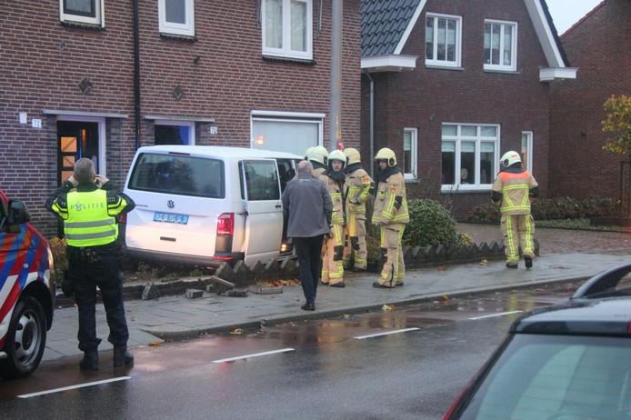 Taxibusje rijdt in voortuin van twee woningen in Rijssen