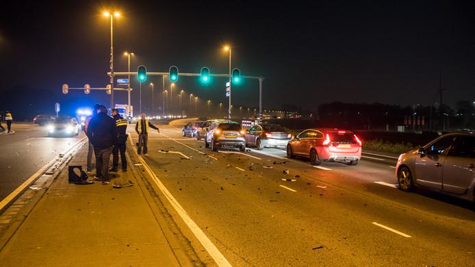 Het ongeluk op de Burgemeester Letschertweg in Tilburg. De weg lag bezaaid met brokstukken.