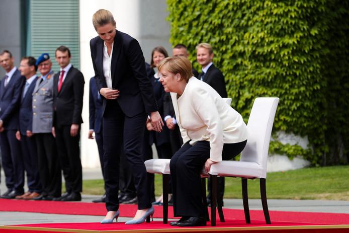 De Duitse bondskanselier Angela Merkel heeft donderdag zittend deelgenomen aan een ceremonie om de premier van Denemarken te verwelkomen.