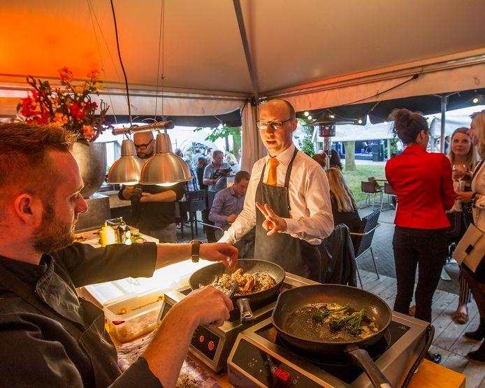 Foto archief. De Smaak van Deventer in 2017, toen nog in de Boreeltuin. Het culinaire evenement keert na afwezigheid van een jaar terug, nu in de Lebuinuskerk.