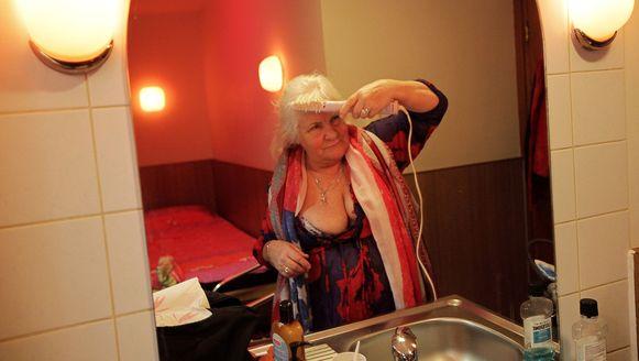 Martine Fokkens (72) maakt zich klaar voor de job.